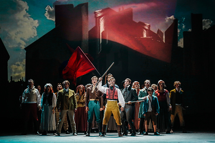 Les Misérables Riccardo Greco und Ensemble © Barbara Palffy