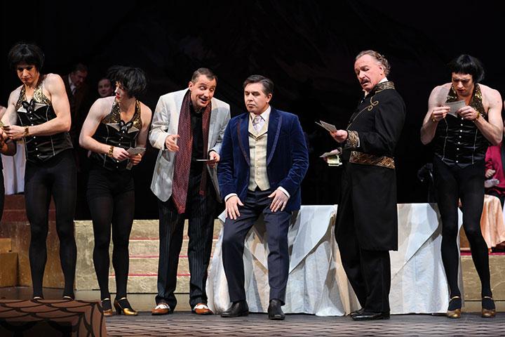 Die Csárdásfürstin  Matthäus Schmidlechner, Iurie Ciobanu, Hans-Günther Müller, Ballett, Ensemble © Christian Brachwitz
