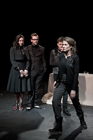 hamlet ist tot. keine schwerkraft Angela Waidmann, Bastian Dulisch, Aurel von Arx, Anna Eger © Dietmar Tollerian