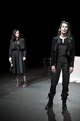 hamlet ist tot. keine schwerkraft Angela Waidmann, Anna Eger © Dietmar Tollerian