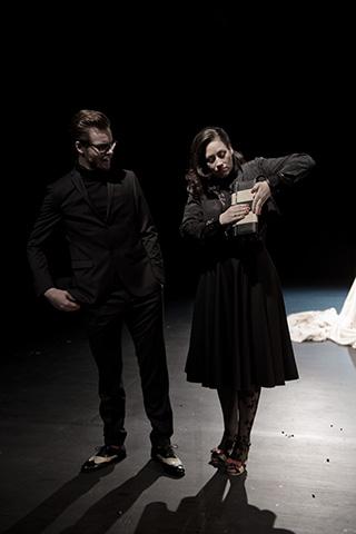 hamlet ist tot. keine schwerkraft Bastian Dulisch, Angela Waidmann © Dietmar Tollerian