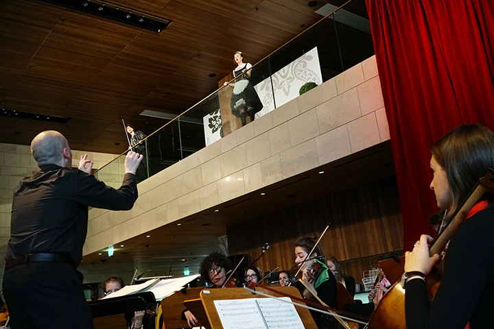 Der Operndirektor  Rastislav Lalinsky, Miriam Böhmdorfer, Orchester © Reinhard Winkler