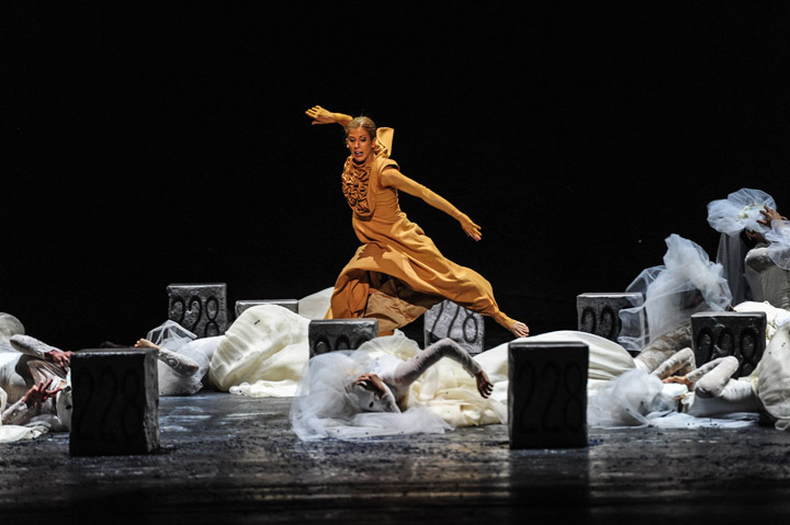 Die Brautschminkerin  Nuria Gimenez Villarroya, Tanzensemble © Dieter Wuschanski