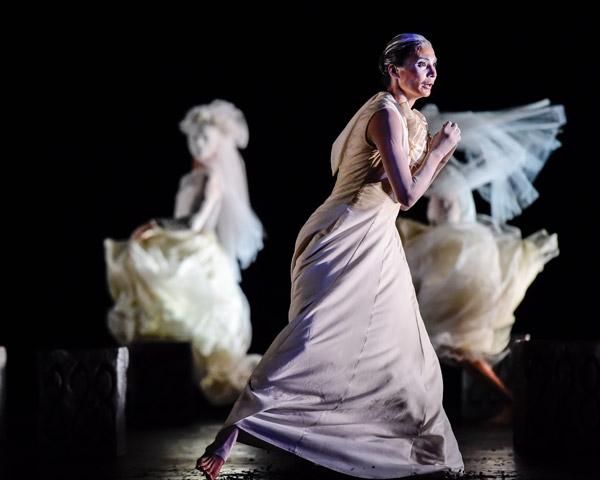 Die Brautschminkerin  Tanzensemble, Andressa Miyazato © Dieter Wuschanski