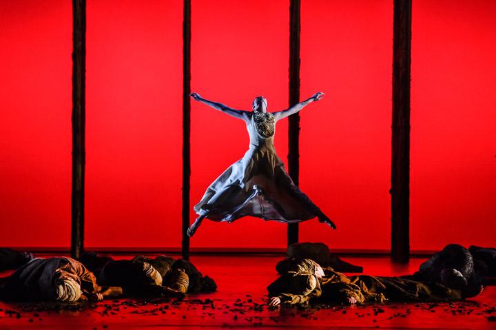 Die Brautschminkerin  Andressa Miyazato, Tanzensemble © Dieter Wuschanski