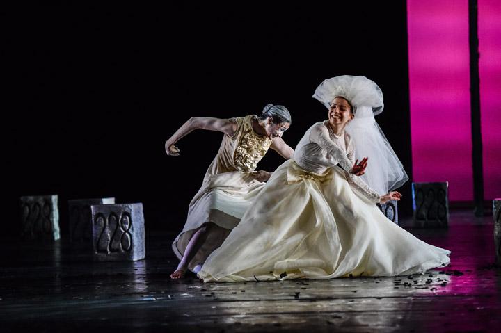 Die Brautschminkerin  Tanzensemble, Nuria Gimenez Villarroya © Dieter Wuschanski
