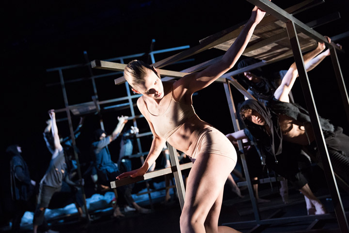Das, was bleibt Kayla May Corbin, Ensemble © Tom Mesic