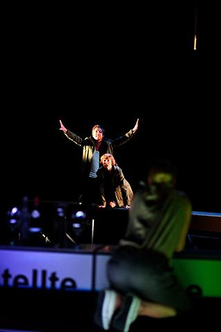 faust hat hunger und verschluckt sich an einer grete  Alexander Julian Meile, Theresa Palfi © Christian Brachwitz