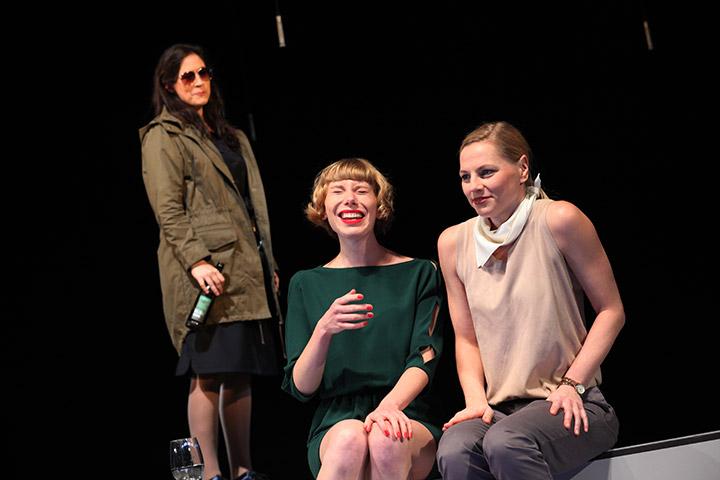 faust hat hunger und verschluckt sich an einer grete  Angela Waidmann, Theresa Palfi, Corinna Mühle © Christian Brachwitz