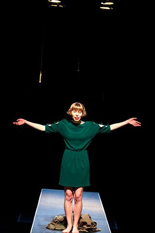 faust hat hunger und verschluckt sich an einer grete  Theresa Palfi © Christian Brachwitz