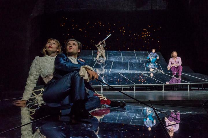 Leben des Galilei   Theresa Palfi, Jan Nikolaus Cerha, Alexander Hetterle, Markus Pendzialek, Christian Taubenheim  © Jochen Quast