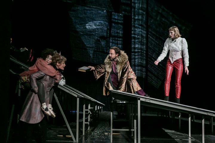 Leben des Galilei  Eva-Maria Aichner, Ines Schiller, Christian Taubenheim, Theresa Palfi  © Jochen Quast