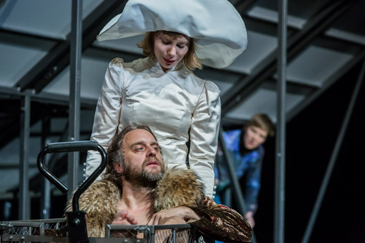 Leben des Galilei  Christian Taubenheim, Theresa Palfi, Markus Pendzialek  © Jochen Quast