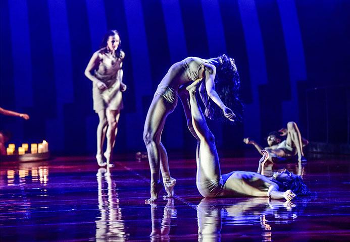 Romeo + Julia Jonatan Salgado Romero, Andressa Miyazato, Ensemble © Dieter Wuschanski