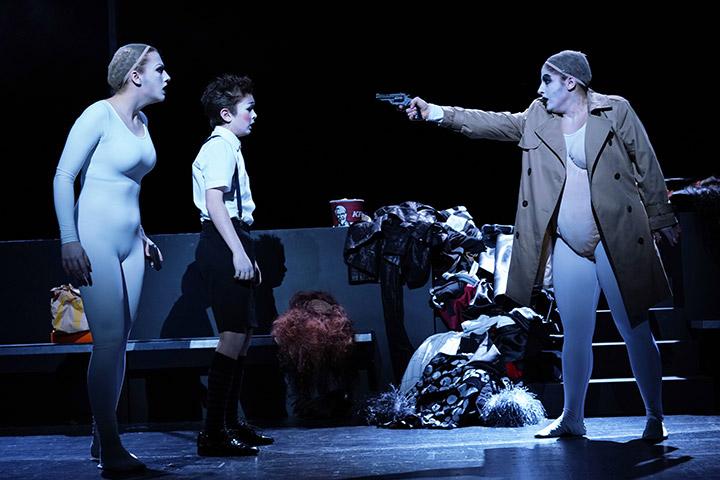 Attentäter (Assassins)  Ruth Fuchs, Elias Poschner, Ariana Schirasi-Fard © Reinhard Winkler