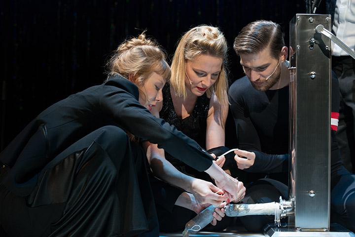 Kuttners Hitlershow Theresa Palfi, Corinna Mühle, Robert Finster © Petra Moser