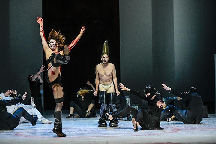 Macbeth  Tura Gómez Coll, Pavel Povrazník, Ensemble © Dieter Wuschanski