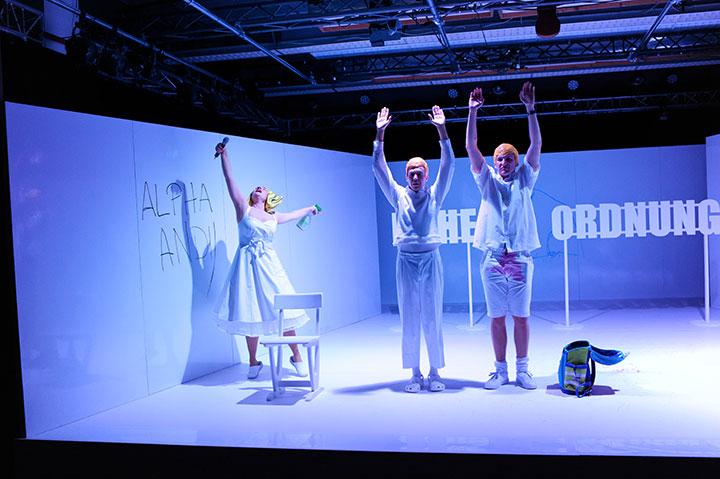 Frerk, du Zwerg!  Anna Katharina Fleck, Steven Cloos, Lukas Weiss © Daniel Angermayr