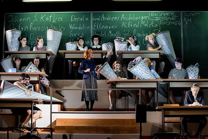 Die Schule oder das Alphabet der Welt Eva-Maria Aichner, Ensemble © Sakher Almonem
