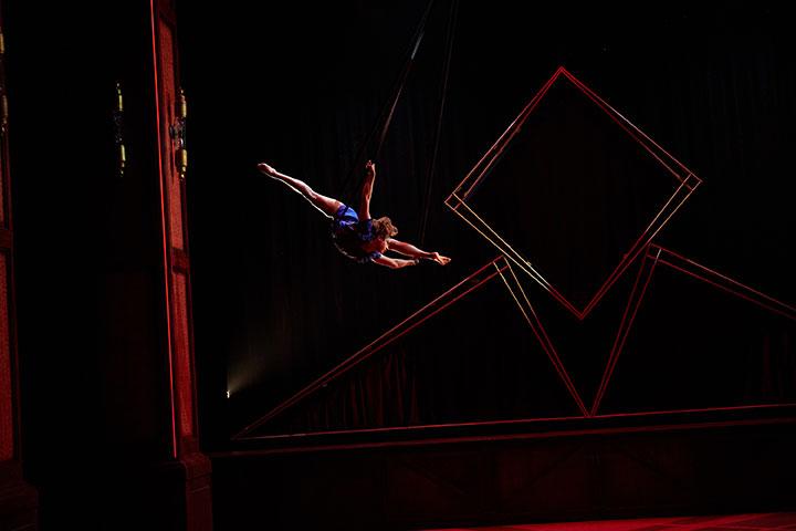 Cirque Éloize - Hotel  © Pierre Manning