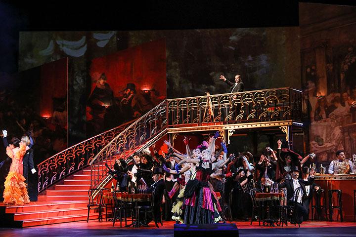 Der Graf von Luxemburg  Fenja Lukas, Johannes Strauß, Tanzensemble, Chor © Barbara Pálffy